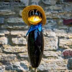Keramik Rabe für den Garten blaues Halstuch mit Punkten / Gartenstecker
