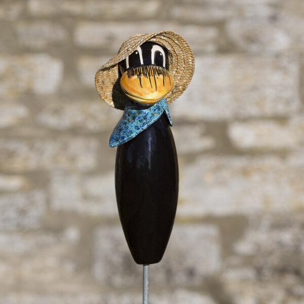 Keramik Rabe für den Garten mit blauen Halstuch